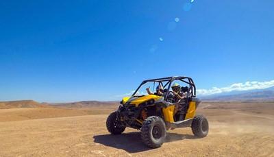 """<div style=""""text-align: justify;"""">Zin in een adrenaline kick? Ga mee op deze halve dag door de Marokkaanse Agafay woestijn, op een buggy! Je stuitert over en tussen de zandduinen met het Atlas gebergte inde achtergrond. Je scheurt langs het adembenemende Lalla Takerkous meer, door Berberdorpjes en verdwijnt in de stofwolken.</div>"""