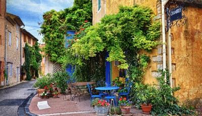 """<strong><span style=""""color:#FF0000;"""">De charmante Provence en de chique Côte d'Azur</span></strong>  <div style=""""text-align: justify;"""">Begin je roadtrip in Nice, deze stad heeft zoveel te bieden. Historische veelzijdigheid, strand, shoppen en nog veel meer. Na Parijs is het de stad met de meeste musea, waaronder ditvan Matisse. Nog een tip: Verken Le Vieux Nice, de oude stad met leuke marktjes op Le Cours Saleya en het levendige plein Place Rossetti. Rijd daarna langs de Côte d'Azur, door de Provence, met prachtige landschappen en een stukje over de Mimosaroute. Ook een aanrader: Grasse, het walhalla van de parfumindustrie.<br /> </div>"""
