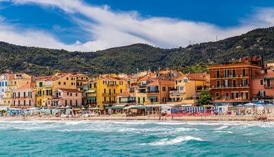 """<font color=""""#ff0000""""><b>Flaneren in Italië en de mooiste straatjes bezoeken</b></font> <div style=""""text-align: justify;"""">Een roadtrip door de Italiaanse provincie Savona is zeker de moeite waard. Huur een auto in Alassio, maar uiteraard nadat je deze levendige badplaats hebt bezocht. Er zijn veel winkels, restaurants en er is een mooi strand. Op een uurtje rijden ligt Albenga, een goed bewaard Romeins dorp. Je kunt er de kathedraal, de markt en de Pontelungo brug uit de 12e eeuw bekijken. Ga daarna verder naar de charmante badplaats Finale Ligure. Vlak achter Finale Ligure ligt Noli. Een klein dorpje met mooie straatjes om doorheen te slenteren, winkeltjes en een leuk pleintje bij de kerk.<br /> </div>"""