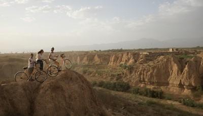 """<div style=""""text-align: justify;"""">Even genoeg van de woestijn? Ontdek dan Palmeraie, de groene oase midden in de woestijn, per fiets! Op deze fietstocht van een halve dag ga je op pad met de moutainbike over stoffige paden en onder honderden dadel-, palm- en olijfbomen. Je leert hoe de lokale bevolking hier al sinds de 11<sup>e</sup> eeuw leeft en ontdekt de tips en tricks voor het overleven in de woestijn. Eindigen doe je met een pitstop voor een hapje en een traditionele Marokkaanse middagthee.</div>"""