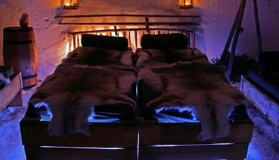 <div>Je kan er ook voor kiezen om in de nabijheid van dit dorp in een sneeuwiglo te overnachten. Iedereen wordt uitgerust met een warme slaapzak en de volgende ochtend sluit je opnieuw aan bij de groep voor het ontbijt. Je behoudt jouw logies in de lodge.<strong>Mits supplement</strong>: +80.00 €/volw, +80.00 €/kind</div>