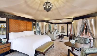 """<div style=""""text-align: justify;"""">Geïnspireerd door de Arabische architectuur en de traditionele tribale tenten, liggen de 101 villa's van het complex verspreid over de zandduinen. Ze beschikken allen over een elegant Arabisch en hedendaags decor, privézwembad, terras uitgerust met ligstoelen en dagbed, kingsize bed of individuele bedden, 'Bose' Music player, gratis wifi, gratis minibar (niet-alcoholische dranken), badkamer met bad, inloopdouche en badjassen.</div>"""