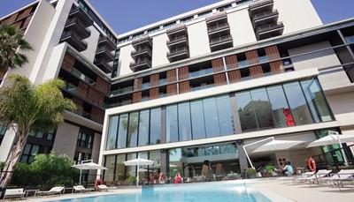 """<div style=""""text-align: justify;"""">Dit gezellig hotel met eigentijdse decoratie biedt een uitstekende verhouding prijs/kwaliteit, voor wie in hartje Monaco wil logeren tegen een betaalbare prijs. Jegeniet er van heel veel comfort en tal van ontspanningsmogelijkheden, onder meer een mooi zwembad, een hedendaags restaurant met bar, een veilige parking en ruimte met videospelletjes voor de kinderen. Ook de ligging is een troef, op 3minuten lopen van het SNCF-treinstation en op 20minuten van het Prinselijk Paleis. Mooi pluspunt:in Monaco schijnt de zon 300dagen per jaar.</div>"""