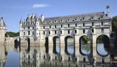 """<div style=""""text-align: justify;"""">De volgende dag wordt u verwacht in de 'Vallei der Koningen' met een bezoek aan het kasteel van Chenonceau, een meesterwerk van de Franse renaissance. Als ultieme afsluiter die dag staat eveneens een bezoek aan een wijndomein op het programma met natuurlijk een degustatie. Tot slot rondt u dit arrangement af met een verfijnd gastronomisch diner.</div>"""