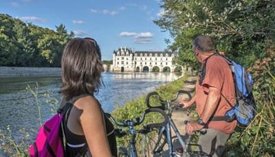 """<div style=""""text-align: justify;"""">Je start de verkenning van de langste rivier van Frankrijk met een e-bike voor een idyllische dagtocht vol cultuur en geschiedenis, typische dorpjes, tuinen, imposante kastelen, glooiende wijngaarden en onvergetelijke panorama's.</div>"""
