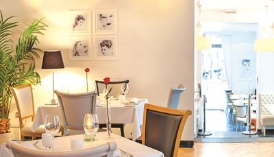 """<div style=""""text-align: justify;"""">Hotel SH Inglès Boutique **** is een 18<sup>de</sup>-eeuws stadspaleis in hartje Valencia. Het werd volledige gerenoveerdin 2017 en beschikt over een uitstekend Mediterraans restaurant. Gratis wifi ter beschikkingin het hele hotel.</div>"""