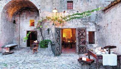 """Culturele Hoofdstad van Europa 2019! Stad van de Sassi, huizen die in de rotsen uitgehouwen zijn. Carlo Levi verwierf in 1945grote bekendheid met zijn publicatie 'Christus kwam niet verder dan Eboli'. Hierin beschreef hij de schrijnende leefomstandigheden van de boeren in Matera en Basilicata, die toen nog in de prehistorische grotten woonden. Intussen erkend als Unesco-Werelderfgoed. Benieuwd wat er in Matera te beleven valt naar aanleiding van de Culturele Hoofdstad? Bekijk het volledige programma op:<a href=""""https://www.matera-basilicata2019.it/it/"""" target=""""_blank"""">https://www.matera-basilicata2019.it</a>"""