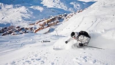 """<div style=""""text-align: justify;"""">Dit skioord in de Franse Alpen is gelegen in het skigebied Les Trois Valléésop 2300 meter hoogte. Hierdoor ligt er het hele seizoen veel sneeuw op de 650 kilometer pistes. Het skigebied is meteen ook een van de grootste ter wereld! Ontdek de pistes van verschillende moeilijkheidsgraden of het snowpark met een grote halfpipe.</div>"""