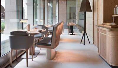 """<div style=""""text-align: justify;"""">Een stijlvol ingericht hotel, pal in het centrum van het pittoreske dorpje Fontevraud-l&#39;Abbaye, waar het accent ligt op kwaliteit en een gepersonaliseerde service. Alle kamers zijn eco ingericht in een warme hedendaagse stijl met de meest recente technologie. Ze kijken uit op de tuinen en zijn voorzien van speciaal voor dit hotel ontworpen eco matrassen (Biosense), tapijt, gratis wifi en safe, iPad, verwarming, flesje water van eigen bron en een badkamer met douche + wc, haardroger en eigen doucheproducten.&nbsp;&nbsp;In het gastronomisch restaurant (1* Michelin) kan je genieten van verfijnde en natuurlijke gerechten, bereid met dagverse regionale producten waarbij de meeste ingrediënten gehaald worden uit de eigen groenten- en kruidentuin.</div>"""