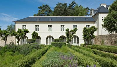 """<div style=""""text-align: justify;"""">L'abbaye Royale de Fontevraud, inscrite au Patrimoine mondial de l'Unesco, est l'ensemble de bâtiments monastiques le mieux conservé au monde. L'excellent Fontevraud l'Hôtel, qui fait partie du domaine de l'abbaye, est le point de départ idéal pour votre balade: la Loire n'est jamais bien loin. Cet arrangement a pour but la découverte de cette rivière légendaire.<br /> </div>"""
