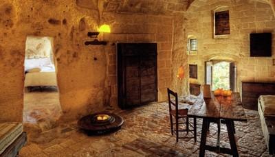 Het grottenhotelAlbergo Sextantio Le Grotte Della Civita is een albergo diffuso, wat betekent dat de 18 grotten verspreid liggen, uitgehouwen langs de steegjes opklimmend naar het stadje Matera. Er werd met extreme nauwkeurig-heid te werk gegaan om de oor¬spronkelijke grotten en site te behouden. Comfort en luxe zijn aanwezig, maar heel subtiel. Elke grot heeft een houten deur en antiek slot. De inrichting is minimalistisch, heel romantisch en onwerkelijk... Mooi uitzicht op de Gravina di Matera en het plateau van Murgia. Classic (25-30 m², max. 2 personen, twee¬persoons¬¬bed), superior (40-50 m², max. 3 personen) of suite (60-100 m², max. 4 personen). Stenen vloer. Tweepersoonsgrot voor alleengebruik.