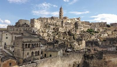 Hoog gelegen op een kam langs de Gravina di Matera (ravijn) in het historisch hart van de stad. Je verblijft in het oudste deel van de Sassiwijken, de Civita, uitkijkend op het indrukwekkende Murgia Park waar nog eens meer dan 100grotkerken verborgen liggen en waar scenes uit de controversiële film van Mel Gibson 'The Passion of the Christ' werden opgenomen. Het Museo Archeologico Nazionale Domenico Ridola ligt op 500m, de Cripta del Peccato Originale op 10km, de witte zandstranden van Metaponto op 50km. In de 7de eeuw v. Chr. koloniseerden Griekse veroveraars deze kust in de Magna Graecia en stichtten er Metapontum. De luchthaven van Bari ligt op 60km.