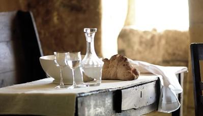 Receptie (24uur). Gratis wifi. Een heerlijk ontbijt met verse lokale producten wordt geserveerd in de mooie authentieke grotkerk Cripta della Civita, heel gezellig... Geen lift. Publieke parking op 100m (gratis, volgens beschikbaarheid).