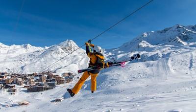 """<div style=""""text-align: justify;"""">Gedurende 1 minuut en 45 seconden geniet je zoals een arend van een adembenemend sneeuwlandschap. De zweefvlucht vanaf het hoogste punt van Les Trois Vallées (op 3230m) naar de top van de Funitel de Thorens is 1300 meter lang. Je hangt veilig vast aan een stalen kabel en overschrijdt de grens van 100 km/u. Deze exclusieve vlucht via de hoogste mega-tokkelbaan ter wereld Tyrolienne brengt je skivakantie tot een hoger niveau.</div>"""