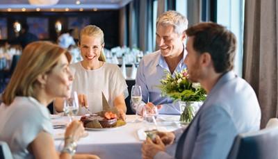 """<div style=""""text-align: justify;"""">Met de uitgebreide Premium All Inclusive verzorging weet je zeker dat het je aan niets zal ontbreken. Naast alle maaltijden zijn de meeste drankjes (m.u.v. champagne en enkele premium merken)én de fooien inbegrepen. De internationale koks maken de heerlijkste gerechten op wereldniveau. Kies uit het veelzijdige Anckelmannsplatz buffetrestaurant,Fishrestaurant GOSCH Stylt of de Tag & Nacht bistro. De keuze is enorm. Tegen bijbetaling kan je ook dineren in de diverse specialiteitenrestaurants, zoals het Surf & Turf Steakhouse.</div>"""