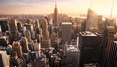 """<div style=""""text-align: justify;"""">New York, la ville qui ne dort jamais, est LA destination incontournable des amateurs de citytrip. La ville regorge d'attractions : la Statue de la Liberté, Times Square, l'Empire State Building, le pont de Brooklyn, ... Plongez-vous dans la vie trépidante de la ville, assistez à une comédie musicale à Broadway ou faites du shopping sur la Cinquième Avenue. Et profitez des bancs de Central Park échapper un moment à l'agitation ambiante.<br /> </div>"""