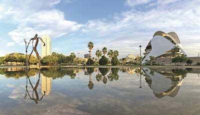 """<div style=""""text-align: justify;"""">Een veelzijdige en verrassende citytrip aan het strand van de Middellandse Zee, badend in ruim 300 dagen zon en een rijkdom aan cultuur. Voeg daar de heerlijke tapas, de historische binnenstad en de hypermoderne hoogstandjes van de beroemde architect Calatrava aan toe en Valencia, sinaasappelstad en bakermat van de paella, wordt helemaal onweerstaanbaar.</div>"""