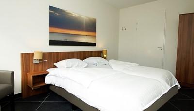 """<div style=""""text-align: justify;"""">Op de gelijkvloers is er een slaapkamer met 2 bedden (90 cm, lengte 210 cm) en flatscreen TV. De bovenverdieping telt 2 slaapkamers met afgeschuinde daken. Elke kamer heeft 2 bedden (90 cm, lengte 210 cm) en een flatscreen TV. Op de gelijkvloers is er een badkamer met inloopdouche en toilet. Boven vind je nog een extra badkamer metinloopdouche, toileten ligbad/whirlpool.</div>"""