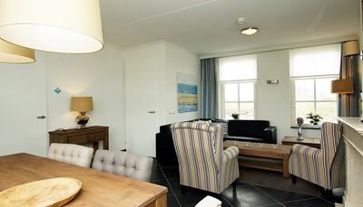 """<div style=""""text-align: justify;"""">De vakantiewoning is 126m² groot, verspreid over 2 verdiepingen en comfortabel ingericht. Je beschikt over een woon-/eetkamer met open haard, een eethoek en zithoek met digitale tv, CD-speler en DVD, berging, 3 ruime slaapkamers, 2 badkamers, privé sauna, jacuzzi en een tuin. Parkeren kan naast de woning. Een wasmachine, droger, haardroger en gratis WiFi staan ter beschikking.Kortom, alles is aanwezig voor een aangenaam verblijf.</div> <br />"""