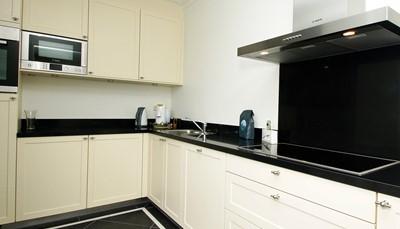 """<div style=""""text-align: justify;"""">De open keuken beschikt over een 4-pits kookplaat, oven, afwasmachine, magnetron, elektrische koffiemachine, pads voor de koffiemachine (Nespresso). Er is ook een ruime berging.</div>"""