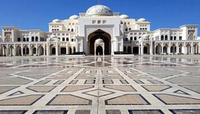 Sinds maart 2019 kan je het presidentiële paleis van de Verenigde Arabische Emiraten (Qasr Al Watan) in Abu Dhabi bezoeken. Heel indrukwekkend en exclusief om te doen want tickets worden ten vroegste 14 dagen op voorhand opengesteld. Ze kunnen samen met deze citytrip geboekt worden via je Selectair reisagent. Zowel van buitenaf als binnenin is het paleis overweldigend. Je kan er onder andere de bibliotheek en heel wat zalen met diplomatieke geschenken aan de Arabische Emiraten bekijken.