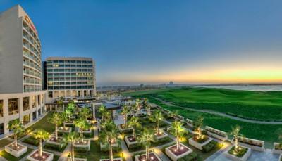 """<div style=""""text-align: justify;""""> <form action=""""./hotel-informatie-beschikbaarheid.html"""" data-dpmaxz-fid=""""1"""" id=""""form1"""" method=""""post""""> <p>Je verblijft in een ruim en modern hotel, schitterend gelegen op Yas Island, met talrijke faciliteiten.Het mooie strand Yas Beach, de Yas Marina en de golfclub Yas Links liggen op wandelafstand. Ook het Yas Marina racecircuit, waar je plaats kan nemen achter het stuur van een Aston Martin GT4, is erg vlot bereikbaar (minder dan 2&nbsp;km). Ferrari World en Yas Waterworld liggen op 4&nbsp;km. De internationale luchthaven van Abu Dhabi bevindt zich op 10&nbsp;km.<br /> &nbsp;</p> </form> </div>"""