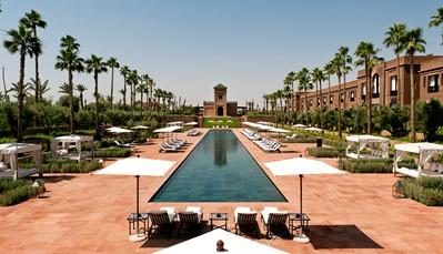 """<div style=""""text-align: justify;"""">Genesteld in het hart van 6 hectares tuin, op 15 minuten van de Medina en de belangrijkste bezienswaardigheden van de rode stad, biedt Selman Marrakech adembenemende zichten op de uitlopers van het Atlasgebergte. In de stoeterij van het hotel kan je echte Arabische volbloeden bewonderen, en de spa van Chenot doet je volledig ontspannen.</div>"""