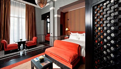 """<div style=""""text-align: justify;"""">Selman Marrakech bestaat uit 55 kamers, 5 suites en 5 villas, speciaal ontworpen voor families of een verblijf onder vrienden. Alle kamers zijn met warme, aantrekkelijke kleuren ingericht, gebruikmakend van nobele materialen, zijdestoffen en verfijnd meubilair. De kamers beschikken over een tv met plasmascherm, wifi, minibar, klimaatregeling, kluis, telefoon, dressing, badkamer met bad en aparte douche en een Nespresso koffiemachine. Op het bemeubeld terras geniet je van het weidse uitzicht.</div>"""