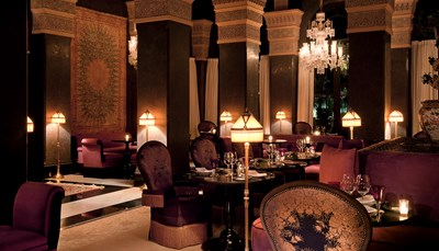"""<div style=""""text-align: justify;"""">Het hotel biedt verschillende eetgelegenheden. &lsquo;Le Selman&rsquo; serveert een internationale en fijne keuken in een chique en ongedwongen sfeer. In &lsquo;Le Pavillon&rsquo;, in de tuin van het hotel, &nbsp;kan je van de mediterrane keuken genieten met zicht op de stoeterij. &lsquo;Assyl&rsquo; doet de Marokkaanse gastronomie alle eer aan in de sfeer van duizend-en-een nacht, en &lsquo;Le Bar Selman&rsquo; serveert de hele dag door talrijke cocktails. De bar van het zwembad is de plaats voor snacks.</div>"""