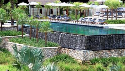 <p><b>3 zwembaden</b><br /> De drie zwembaden en de Spa Coqoon nodigen uit tot ontspanning en welzijn.</p>