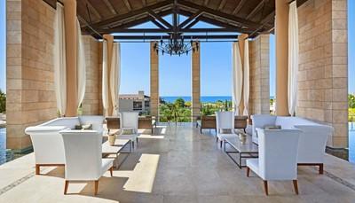 """<div style=""""text-align: justify;"""">De Romanos is een uitzonderlijke bekroond resort, dat zich uitstrekt langs Navarino duinen aan de Costa Navarino. Dit is de perfecte locatie voor ongeëvenaarde ontspanning in een van de 321 onvergelijkbare kamers, suites en villa's. Geniet van de uitzonderlijke tuinen, uitzicht op de Ionische zee, bewonder de ondergaande zon in een onvergetelijke ervaring. Bij het resort horen ook 2 golfbanen, die je alle rust bieden om te golfen aan een schitterende baai tussen de mediterrane olijfbomen.</div>"""