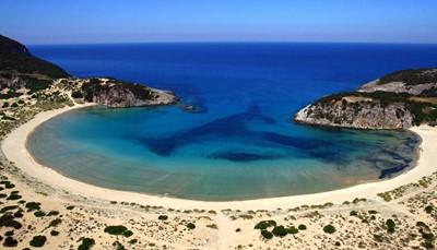 """<div style=""""text-align: justify;"""">The Romanos - Costa Navarino, A Luxury Collection Resort ligt aan een adembenemend zandstrand in de regio Messinia. Het resort ligt op 50 minuten rijden van de luchthaven van Kalamata en op 3u30 rijden van de luchthaven van Athene. Niet ver van het resort ligt het pittoreske havenstadje Pylos. Wat verder vind je ook UNESCO werelderfgoed, zoals de beroemde berg Olympia, Mystras en de Tempel van Apollo Epicurius.</div>"""