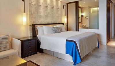 """<div style=""""text-align: justify;"""">321 luxueuze kamers en suites bieden een perfecte combinatie van traditioneel Grieks design en moderne voorzieningen. Ze zijn ingericht met airco, gratis wifi, satelliet tv, minibar, safe, badkamer met bad en aparte douche, badjassen, badslippers, haardroger. Alle zonnige suites hebben ook een privézwembad.</div>"""
