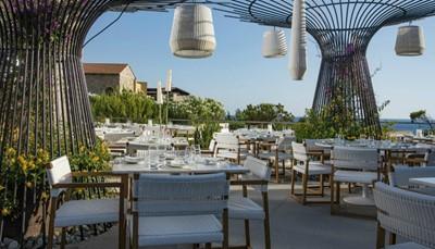 """<div style=""""text-align: justify;"""">De 21 restaurants en bars bieden je culinaire hoogstandjes, van Italiaanse en pan-Aziatische stijl tot een Souvlakerie-tentje en een Grieks restaurant, compleet met een goed gevulde wijnkelder. In de verschillende bars kan je ontspannen met een drankje en een snack, en genieten van het schitterende uitzicht.</div>"""