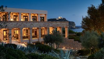 Het Grecotel Cape Sounio werd gebaseerd op de woningen uit de Griekse oudheid. In de gemeenschappelijke ruimtes waan je je in een Griekse tempel, terwijl je eigen bungalow of villa, volledig afgezonderd ligt in het midden van het dennenbos. Je vindt de weg dankzij geplaveide paden omzoomd met olijfbomen. De meeste bungalows hebben een spectaculair zicht op de zee en de tempel van Poseidon.