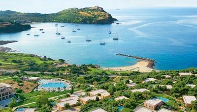 Het hotel kijkt uit over de baai van Sounio. Aan de andere kant grenst het hotel aan de wouden van het Sounio National Park. Het centrum van Athene ligt op slechts een uur rijden, de internationale luchthaven bevindt zich op 40km afstand. Lokale winkeltjes en restaurantjes kan je vinden in het pittoreske kustplaatsje Lavrio, dat 10km van het hotel ligt.<br /> &nbsp;
