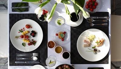 Het Cape Sounio telt verschillende restaurants, die allemaal een spectaculair uitzicht bieden op de Tempel van Poseidon. In het Cape Sounio restaurant kan je genieten van Griekse en internationale gerechten, 'The Restaurant' biedt gourmet cuisine, in 'So Oriental' kan je terecht voor Aziatische lekkernijen en in 'Yali' geniet je van fijne gerechten met vis, schelp- en schaaldieren. Op verzoek kunnen ook speciale dieetmenu's worden klaargemaakt. Overdag kan je genieten van een authentieke snack bij de 'Aegean Grill' naast het zwembad. Geniet 's avonds van de zonsondergang in de lounge bar.
