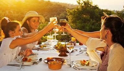 <strong>Eten &amp; drinken</strong><br /> Er is een&nbsp;Amerikaans ontbijtbuffet met Kretenzische hoek met traditionele producten, een hoofdrestaurant met terras, een&nbsp;Griekse taverne, twee&nbsp;à-la-carterestaurants (avondmaal): mediterraan, Aziatisch, een&nbsp;Barbecuehoek (à la carte), een&nbsp;Snackbar, een&nbsp;Lobbybar, bar &#39;Mojito&#39;, en twee 2 poolbars.&nbsp;&#39;s Avonds is een lange broek vereist voor de heren.