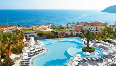<strong>Ligging:</strong><br /> Het hotel ligt direct aan het strand en is bekroond met de 'Blauwe Vlag'. Het ligt vlak bij het typische vissersdorpje Panormo en op 25 km van Rethymnon. De bushalte is op 600 m en er is een regelmatige busverbinding. Het hotel ligt op ± 85 km van de luchthaven.