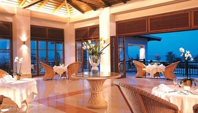 <p><b>&nbsp;Eten &amp; drinken</b></p>  <ul> <li>Mogelijke formules: all inclusive, halfpension, ontbijt</li> <li>Hoofdrestaurant (maaltijden in buffetvorm, showcooking)</li> <li>Restaurant bij het zwembad (buffet)</li> <li>Mediterraan à-la-carterestaurant</li> <li>Thema-avonden</li> <li>A-la-cartevisrestaurant in openlucht voor het middag- en avondmaal</li> <li>Lobby/loungebar, poolbar (snacks), beachbar</li> <li>Lange broek vereist voor de heren tijdens het avondmaal</li> </ul>