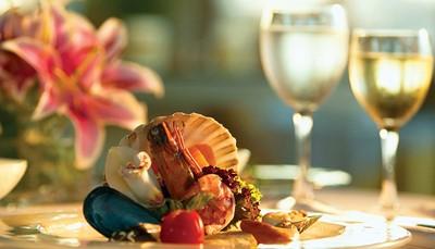 <p><b>Honeymoon</b><br /> Schuimwijn, vers fruit en Griekse versnaperingen op de kamer bij aankomst, speciale beddecoratie met rozenblaadjes bij aankomst, 1e ochtend continentaal ontbijt op de kamer (huwelijkscertificaat vereist, geldig tot 4 maanden na het huwelijk)</p>  <p></p>  <p></p>