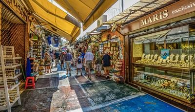 Het hotel ligt vlak naast het stadhuis van Athene, pal in het midden van de stad. Het bevindt zich dus op loopafstand van de belangrijkste bezienswaardigheden, de pittoreske wijk Plaka, het centrale syntagmaplein en uiteraard de beroemde acropolis. Het hotel ligt vlak naast metrostation Omonia.