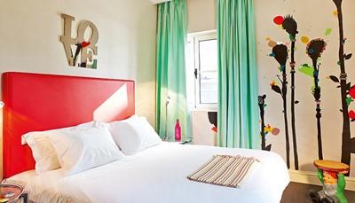 De 63 kamers van het hotel zijn allen individueel ingericht, elk met hun eigen flair. Ze zijn voorzien van airconditioning, een flatscreen-tv met satellietzenders, een minibar, een haardroger en gratis WiFi. Gezinnen kunnen terecht in de speciale Grafitti-suites, die zijn ingericht met kinderen in gedachten. Zo slaap je in een kamer met de smurfen, of onder een grote paddenstoel.