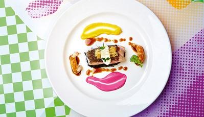 In het 'fine dining' restaurant van het hotel, kan je genieten van Griekse en mediterrane culinaire hoogstandjes, bereid met verse producten van de eigen boerderij. OP de veranda van het restaurant heb je een prachtig uitzicht op het Kotzia-plein. In de loungebar kan je genieten van een cocktail met een hapje, terwijl je geniet van de zonsondergang.
