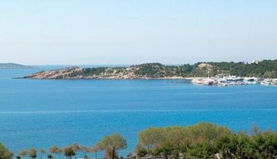 """<div style=""""text-align: justify;"""">Het hotel ligt middenin Vouliagmeni, het speelterrein van de Atheense elite in de Attica Riviera. Het strand ligt op slechts 5 minuten wandelen, net als het nachtleven en winkelgebied Glyfada. Het beroemde Vouliagmeni meer ligt op een steenworp van het hotel. Het centrum van Athene ligt op 20km afstand, net als de internationale luchthaven.</div>"""