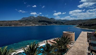 Het hotel ligt aan de westelijke kust van het middenste schiereiland van zuidelijk Peloponnesos, op 3 kilometer van Aeropoli en 73 kilometer van Sparta. Het strand bevindt zich op 300 meter. Mani, het traditionele dorp zelf, ligt heel dichtbij. Haar baai is bekroond met een 'blauwe vlag'.