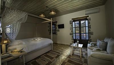 Alle 48 kamers bezitten een haardroger, koelkast, tv, airco, en een stenen vloer. Elke kamer heeft ook een balkon en kijkt uit over de baai van Limeni of de bergen aan de andere kant. Badkamers zijn uitgerust met een douche of bad.