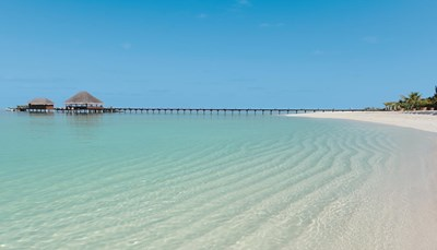 """<div style=""""text-align: justify;"""">Hotel Kanuhura ligt ten noorden van Malé, op 40 minuten per watervliegtuig van de luchthaven. Met drie privé-eilanden - twee verlaten naburige eilanden en Kanuhura zelf - is dit hotel het ultieme toevluchtsoord van luxe. Ontdek de bohemien elegantie omringd door tropische tuinen en ongerepte stranden die vervagen in sprankelend tropisch water. Kanuhura combineert relaxte luxe op blote voeten met natuurlijke verfijning, aangevuld met de betoverende schoonheid van de Malediven</div>"""