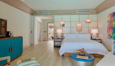 """<div style=""""text-align: justify;"""">Het hotel bestaat uit 80 villa&rsquo;s, allemaal smaakvol ingericht, met een bohemien touch en moderne faciliteiten. Elke villa is uitgerust met een dek van natuurlijk hout, dat zich uitstrekt over het strand of de lagune. De kamers zijn uitgerust met gratis wifi, satelliet-tv en telefoon, airco, minibar, haardroger en een safe.</div>"""
