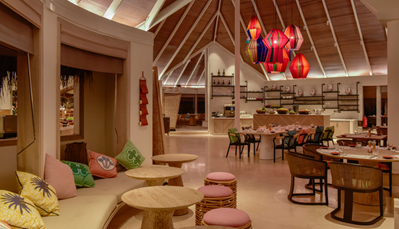 """<div style=""""text-align: justify;"""">Geniet elke dag van authentieke Maldivische lekkernijen in een van de 8 restaurants en bars. In het hoofdrestaurant &lsquo;A Mano&rsquo; vindt je verschillende internationale cooking-stations. Restaurant &lsquo;Bottega&rsquo; serveert een verfijnde Italiaanse keuken. In &lsquo;Veli&rsquo; kan je terecht voor Aziatische fusion, en grillrestaurant &lsquo;Drift&rsquo; serveert je de beste steaks vanop het privé-eiland Jehunuhura. Overdag kan je in de zwembadlounge &lsquo;Cowry Club&rsquo; genieten van een cocktail. Daarna schuif je aan bij &lsquo;Iru&rsquo;, die je gerechten serveert op het strand bij zonsondergang. Zoek je enkel een snack? Ga dan naar de &lsquo;Deli&rsquo;. Voor onvergetelijke avonden kan een privé diner op de exclusieve naburige eilanden of een diner bij kaarslicht in de geurende kruidentuin worden geregeld.</div>"""